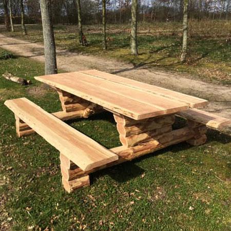 Håndlavede borde og bænkesæt holder længe og yderst flotte